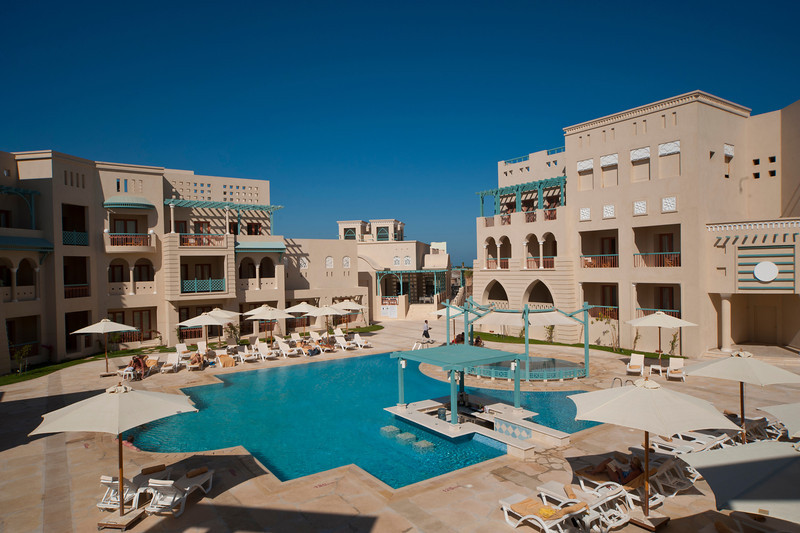 The pool and pool bar of Mosaique Hotel in El Gouna for a day use in El Gouna Red Sea